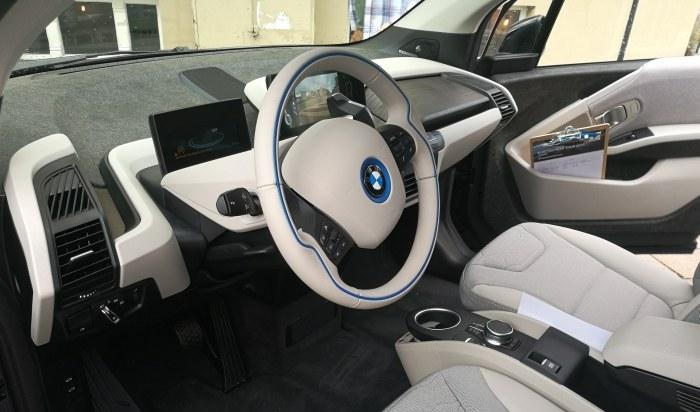 BMW i3 posiada dwa ekrany – centralny i odpowiadający za zegary /INTERIA.PL