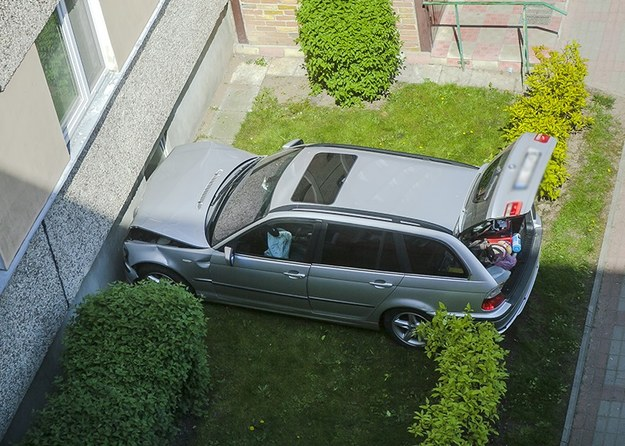 BMW serii 3 uderzyło w ścianę bloku /tvitv.pl /