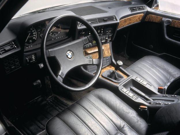 BMW serii 7 (E23) ma fotele z elektryczną regulacją położenie wzdłużnego, wysokości i kąta pochylenia oparcia (przyciski w tunelu środkowym). /BMW