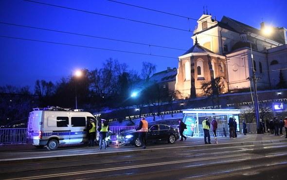 BMW wjechał w ludzi stojących na przystanku na wysokości placu Zamkowego. W wyniku zdarzenia ranne zostały co najmniej cztery osoby /Radek Pietruszka /PAP