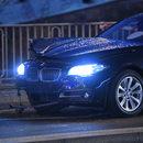 BMW wjechało w przystanek w Warszawie. Są ranni