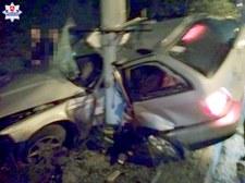 0007OAT2PHDDPKMI-C307 BMW wpadło w poślizg i owinęło się na słupie