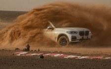 0007Q3BGCQPBGEJM-C307 BMW X5 i tor Monza odtworzony na Saharze