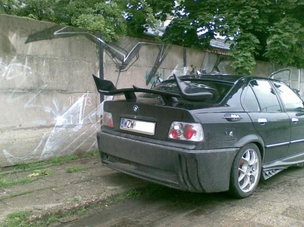 BMW z tyłem od spychacza.