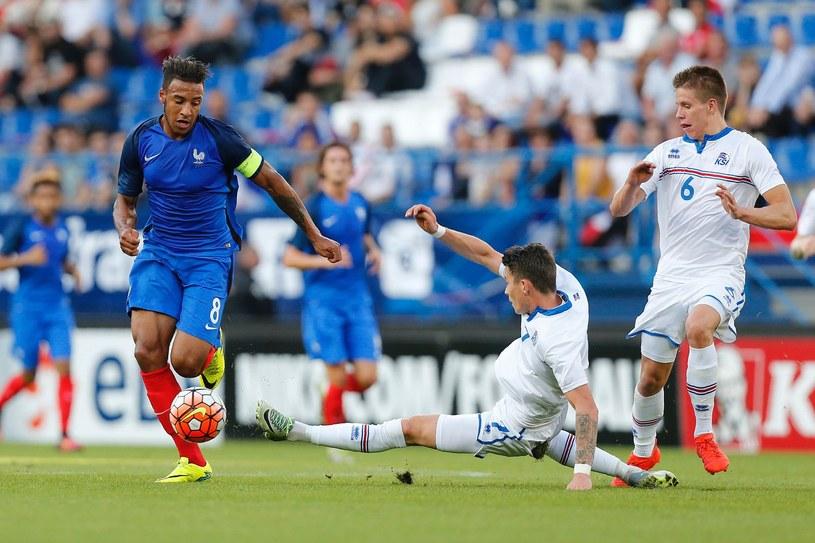 Bodvar Bodvarsson (z prawej) podczas meczu Islandii z Francją w el. Euro U-21 we wrześniu 2016 roku /AFP