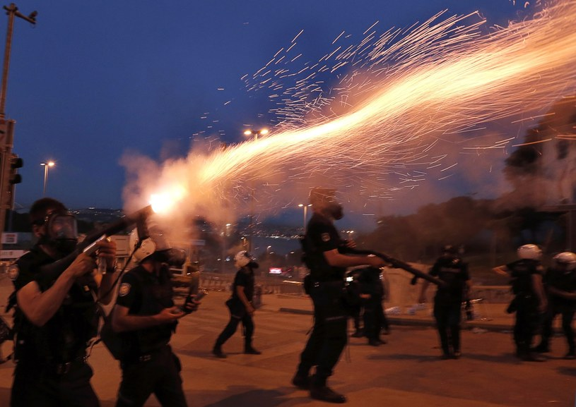 Bodźcem do wybuchu protestów stały się plany przebudowy stambulskiego placu Taksim. /SEDAT SUNA /EPA