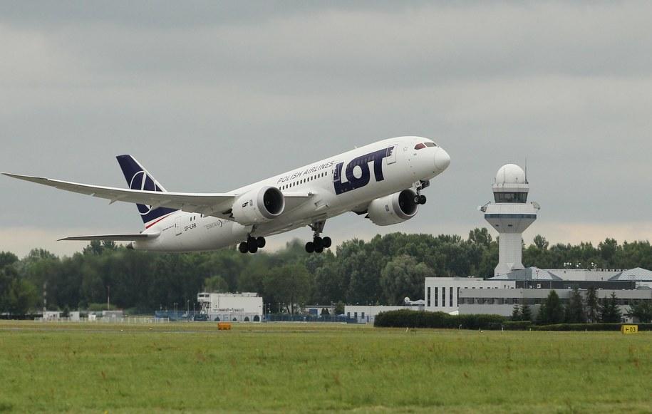 Boeing 787 Dreamliner należący do PLL LOT startuje z lotniska Chopina w Warszawie /Radek Pietruszka /PAP