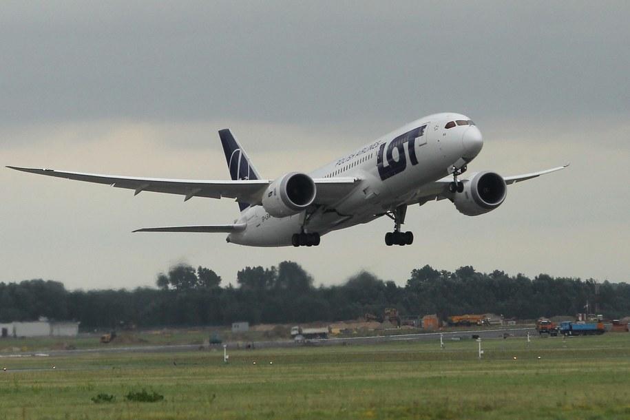 Boeing 787 Dreamliner startuje z lotniska Chopina w Warszawie /Radek Pietruszka /PAP
