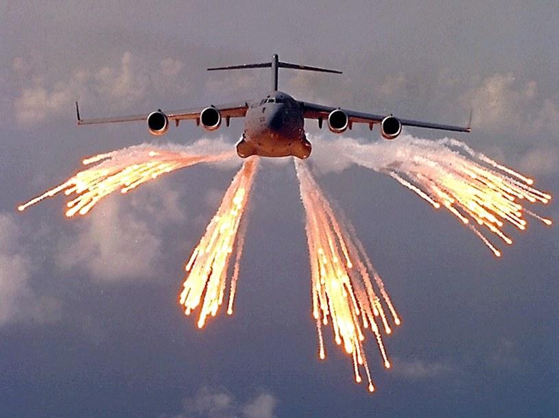 Boeing C-17 wystrzeliwuje flary podczas ćwiczeń /AFP