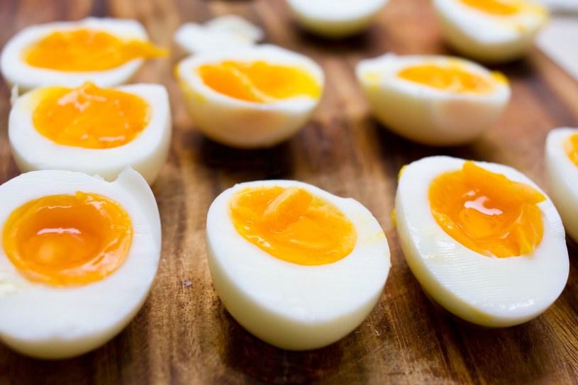 Bogate w żelazo są żółtka. Np. jajko kurze dostarcza ok. 2 mg/100g /123RF/PICSEL