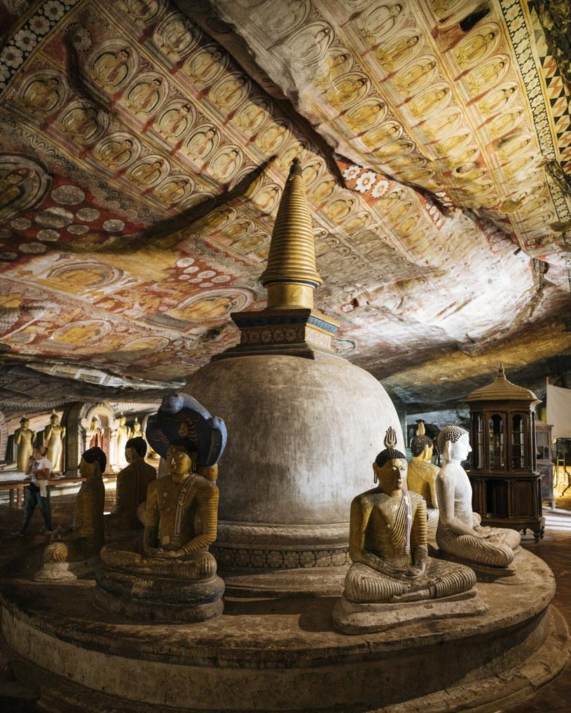 Bogato zdobione wnętrza jaskiń w Dambulli były wykańczane przez wiele lat /Ben Pipe/robertharding/East News /East News