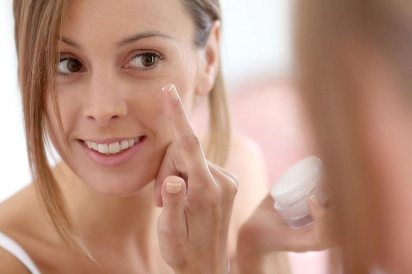Bogaty w składniki preparat nocny może podrażnić delikatną skórę okolic oczu, dlatego nakładając krem omijaj te partie. Nie zapominaj natomiast o szyi /123RF/PICSEL