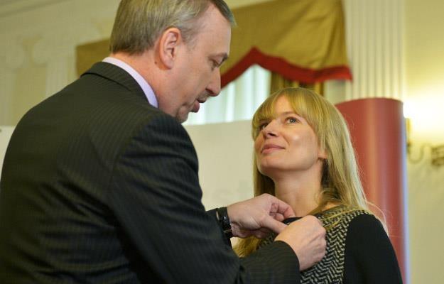 """Bogdan Zdrojewski wręcza Srebrny Medal """"Zasłużony Kulturze - Gloria Artis"""" Magdalenie Cieleckiej /PAP"""