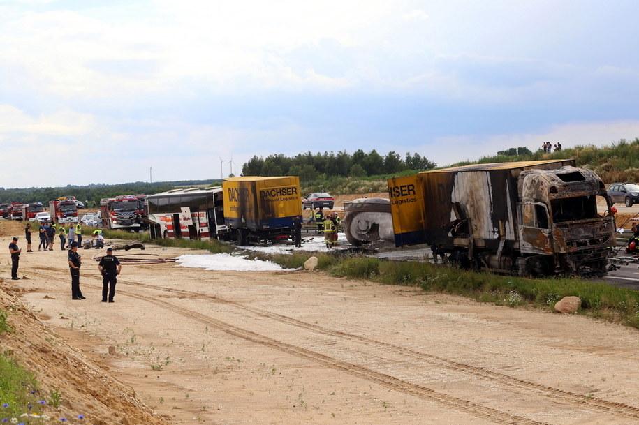 """Bogusławice k. Częstochowy. Miejsce zderzenia rejsowego autokaru i dwóch ciężarówek na krajowej """"jedynce"""" /Waldemar Deska /PAP"""