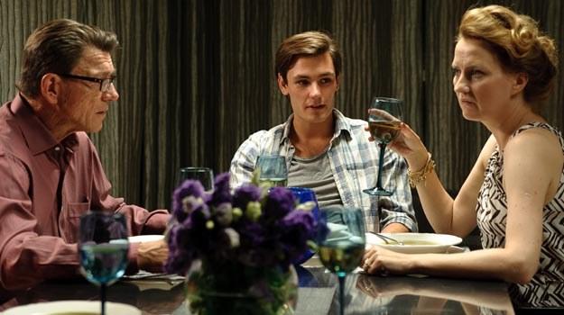 Bohater Bartosza Gelnera (C) przyznaje się do homoseksualizmu podczas rodzinnej kolacji. /materiały dystrybutora