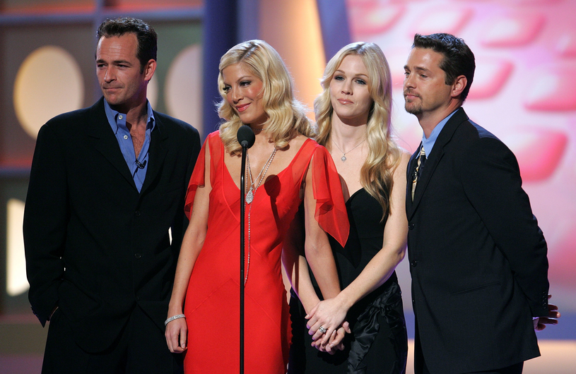"Bohaterowie ""Beverly Hills 90210"" - Luke Perry, Tori Spelling, Jennie Garth i Jason Priestly - na spotkaniu w Santa Monica (2005) /Vince Bucci /Getty Images"