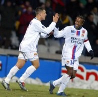 Bohaterowie Lyonu - Bryan Bergougnoux i Sidney Govou /AFP