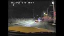 Bohaterski policjant ratuje kierowcę z płonącego auta!
