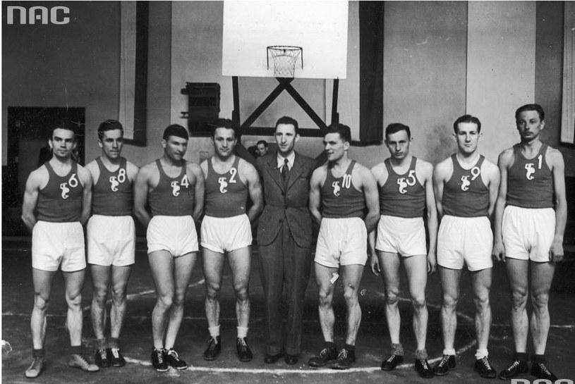 Bohdan Bartosiewicz (trzeci z prawej) z reprezentacją Warszawy na turnieju w Krakowie, w kwietniu 1939 r. Fot. Zbiory Narodowego Archiwum Cyfrowego /INTERIA.PL