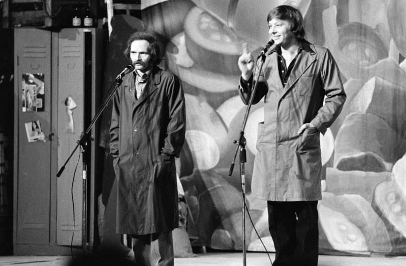 """Bohdan Smolen i Zenon Laskowik, czyli Kabaret Tey w programie """"Z tylu sklepu"""" (1980) /Maciej Osiecki /Agencja FORUM"""