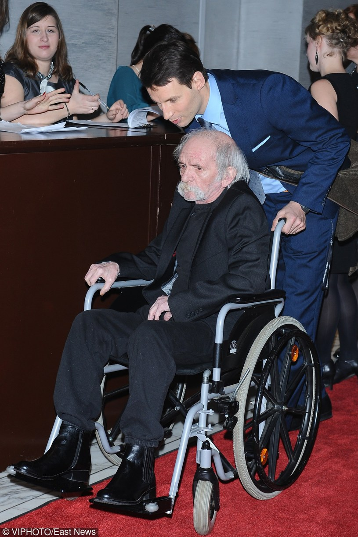 Bohdan Smoleń porusza się na wózku inwalidzkim /East News