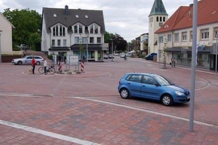 Bohmte: Gdzie droga a gdzie chodnik? / Kliknij /