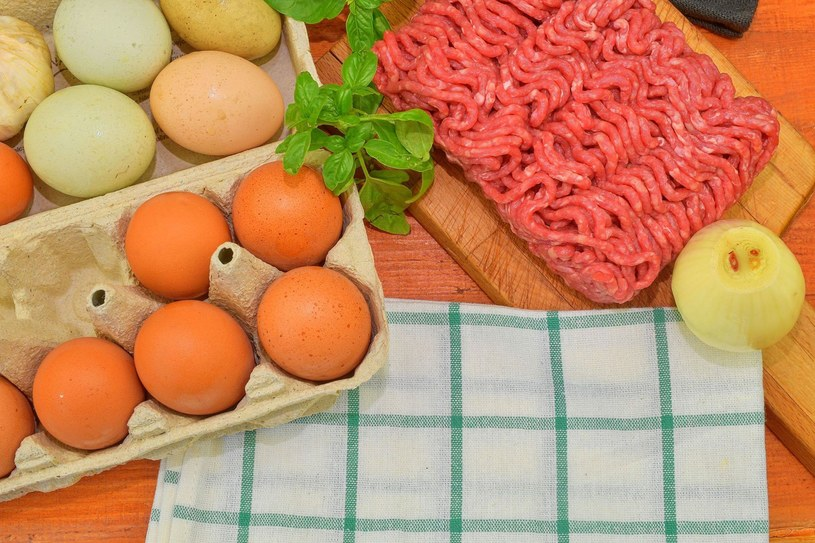 Boimy się bakterii z jajek i mięsa, ale zapominamy o sałacie /123RF/PICSEL