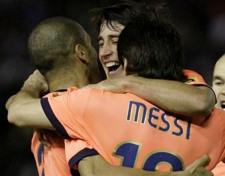 Bojan Krkić cieszy się z gola Leo Messiego wraz z Dani Alvesem /AFP