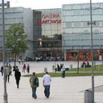 Bójka kiboli w Galerii Krakowskiej. Policja wciąż szuka trzech mężczyzn