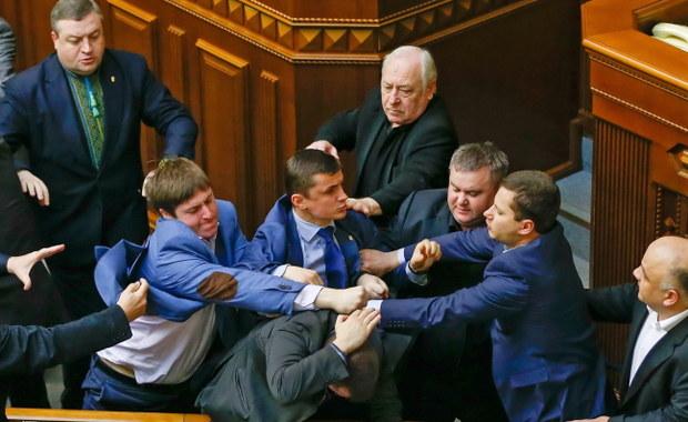 Bójka w ukraińskim parlamencie, szef administracji prezydenckiej grozi separatystom