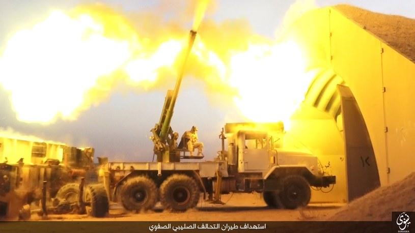 Bojownicy ISIS wykorzystują haubicę do obrony przeciwlotniczej /INTERIA.PL/materiały prasowe