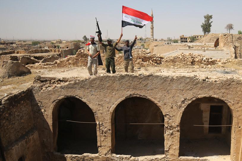 Bojownicy wspierający siły rządowe świętują zwycięstwo w Tal Afar /AFP