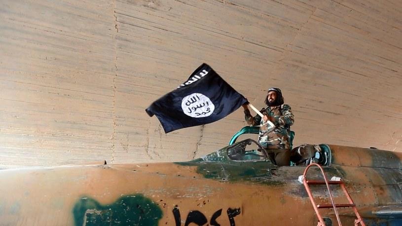 Bojownik tzw. Państwa Islamskiego w Ar-Rakce. Zdjęcie pochodzi z 2015 r. /East News