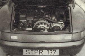 Bokser o 6 cylindrach chłodzony powietrzem ma podwójny układ zapłonowy i suchą miskę olejową. Bagnet do kontroli poziomu oleju jest długości szpady. 3,6-litrowy silnik odznacza się mocą 272 KM uzyskiwaną przy 6100 obr/min i momentem obrotowym 330 Nm przy 5000/min. Wg norm ECE zużywa on 7,8/9,6/16,8 dm3/100 km. /Motor