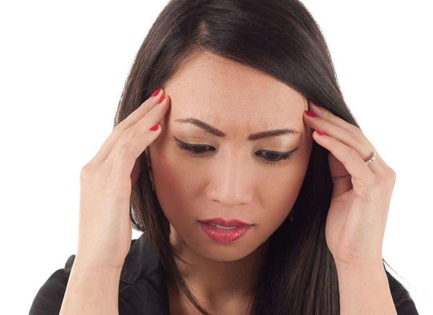 Ból głowy może być objawem niedoboru witamin /123RF/PICSEL