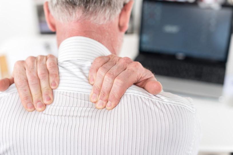 Ból karku to tylko jeden z wielu symptomów problemu z kręgosłupem /123RF/PICSEL