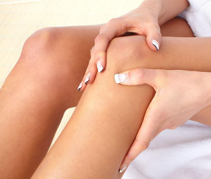 Ból kolan oznacza, że za dużo siedzisz, a za mało się ruszasz /123RF/PICSEL
