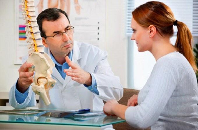 Ból kręgosłupa konsultacja z lekarzem /© Photogenica