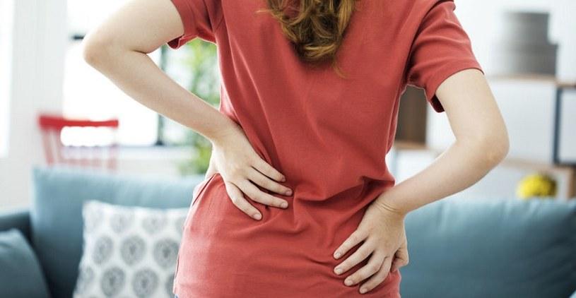Ból kręgosłupa to jeden z objawów /123RF/PICSEL