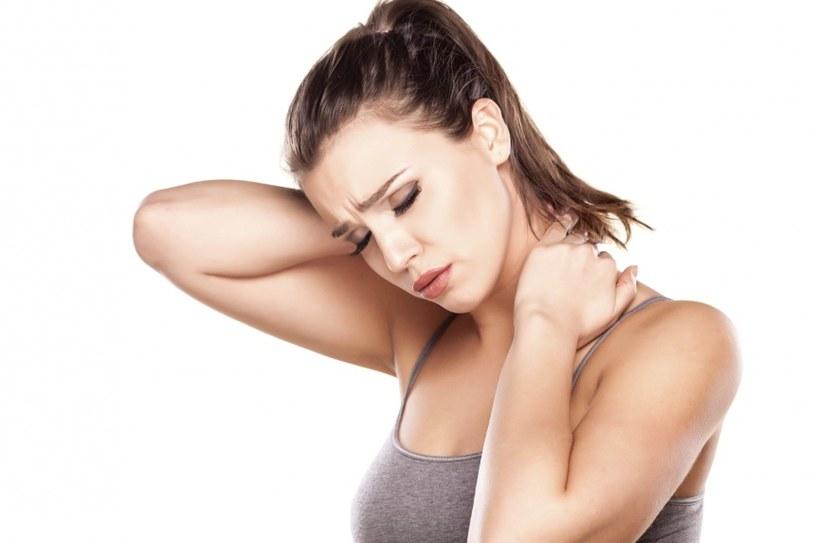Ból ramienia, szyi i poniżej prawej strony żeber /© Photogenica
