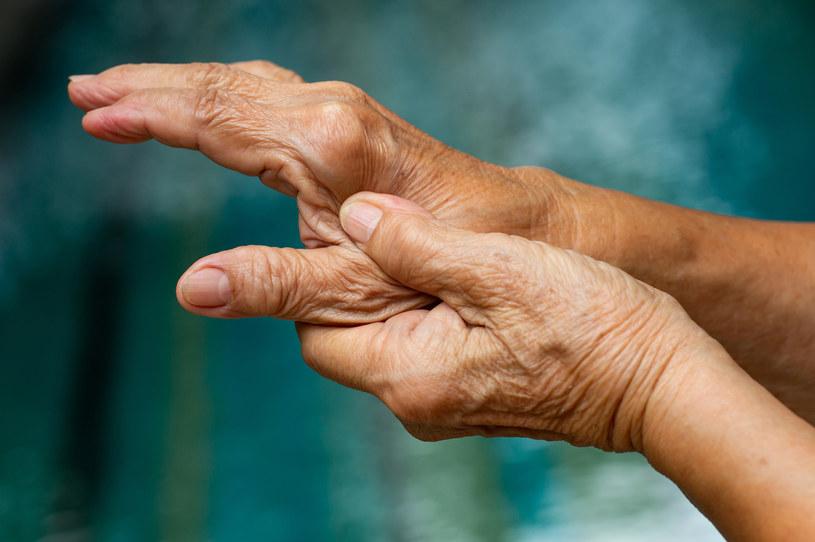Ból stawów to powszechny problem, coraz częściej dotyka również młode pokolenia /123RF/PICSEL