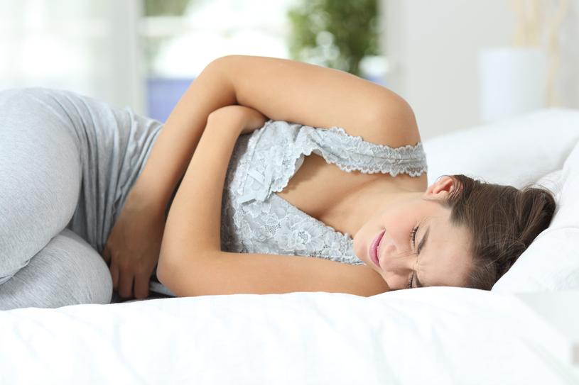 Ból w dole brzucha może mieć różne powody, warto to zbadać /123RF/PICSEL