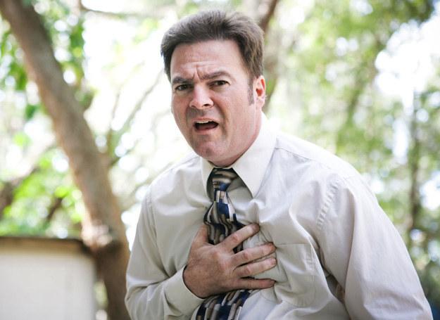 Ból w klatce piersiowej? Nierówne tętno? Koniecznie się zbadaj! /123RF/PICSEL