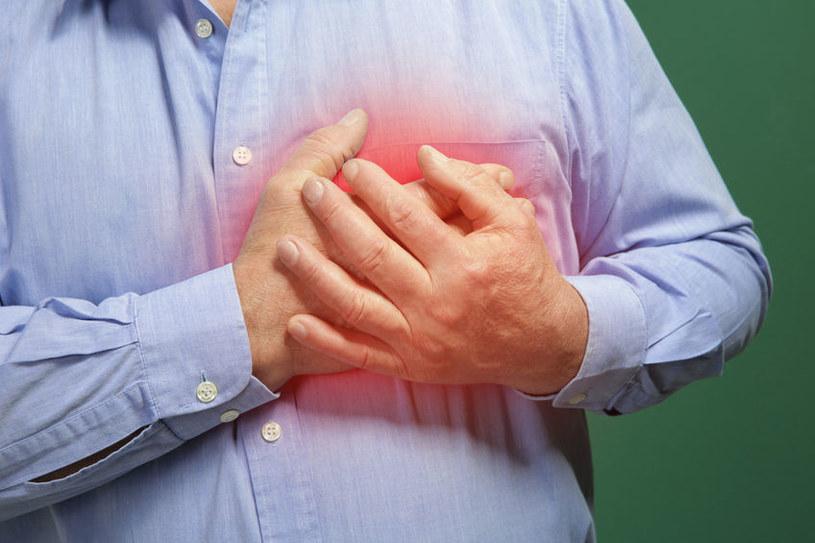 Ból w klatce piersiowej to charakterystyczny objaw zawału serca /123RF/PICSEL