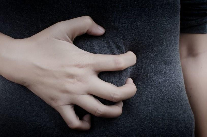 Ból w podbrzuszu może być częstym problemem u kobiet /123RF/PICSEL