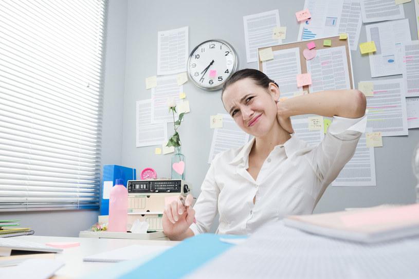 Ból z tyłu głowy może oznaczać problemy z kręgosłupem /123RF/PICSEL