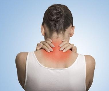 Bóle karku: Jak sobie z nimi radzić?