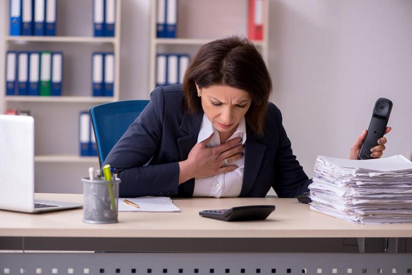 Bóle mostka mogą być związane z pozycją podczas pracy /123RF/PICSEL