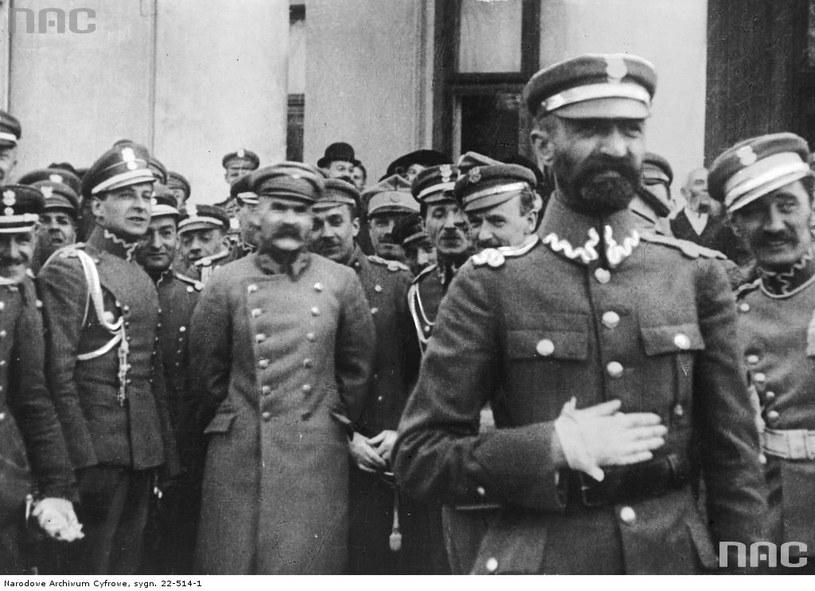 Bolesław Wieniawa-Długoszowski (na lewo od marszałka) zawsze towarzyszył Józefowi Piłsudskiemu. Był jego najbardziej zaufanym oficerem /Z archiwum Narodowego Archiwum Cyfrowego