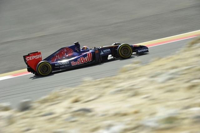 Bolid F1 na torze w Bahrajnie /DPA/nph /Dieter Mathis    /PAP